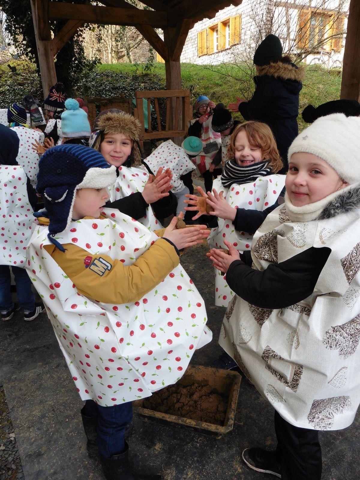 Construction d'un mur en torchis. Les enfants ont beaucoup aimé!!!