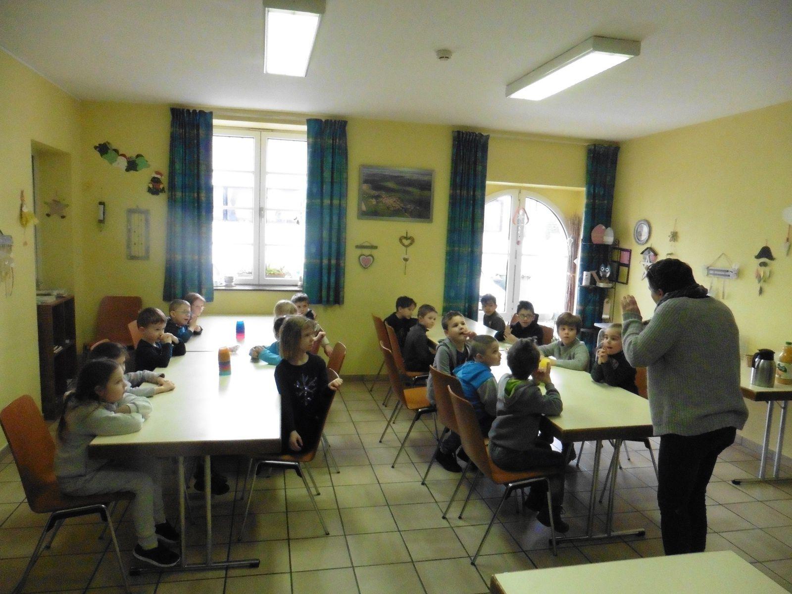 Les enfants écoutent attentivement les recommandations de Véronique, la responsable du centre