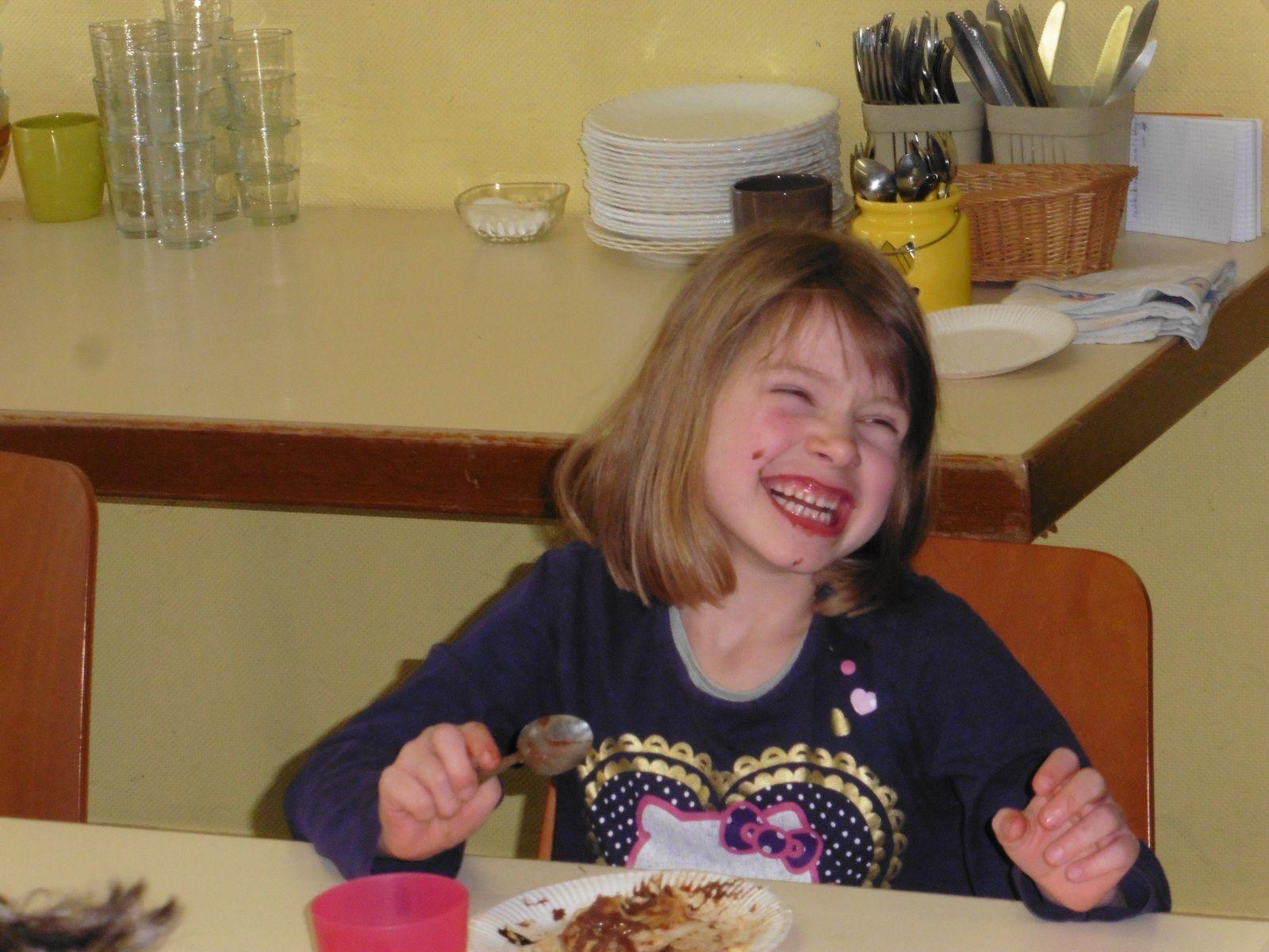 Pourquoi Shannah est-elle si heureuse??? Elle a gagné une barbie? Elle adore trop son goûter? Giovana a sorti une super blague?....