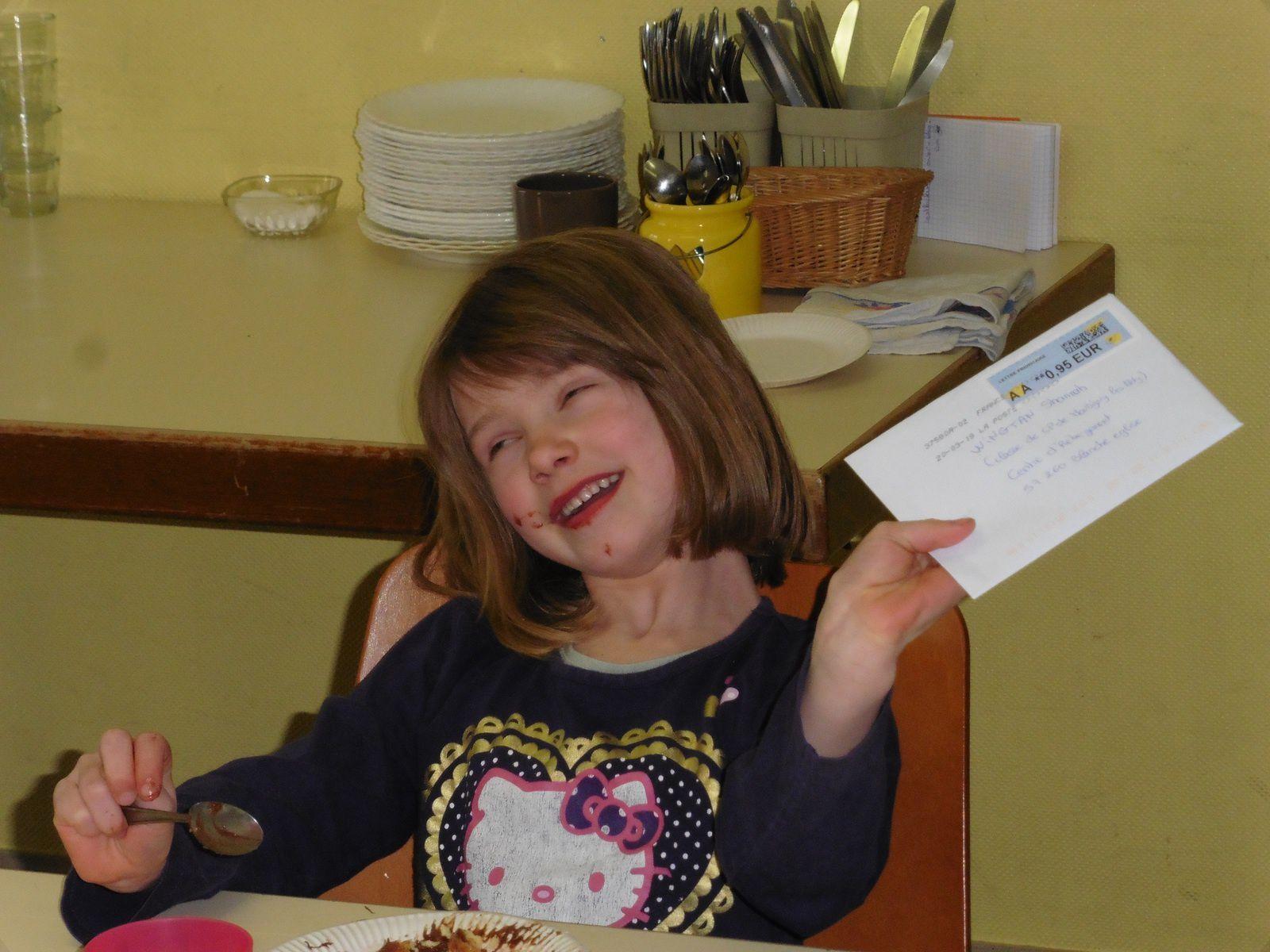 ... Et non,elle a reçu une lettre! Je vous ai parlé lors de la réunion de la joie apportée à votre enfant de recevoir du courrier de votre part! Cela vous prend 5 minutes, ne coûte quasiment rien et le plaisir procuré souvent supérieur à des cadeaux plus onéreux.