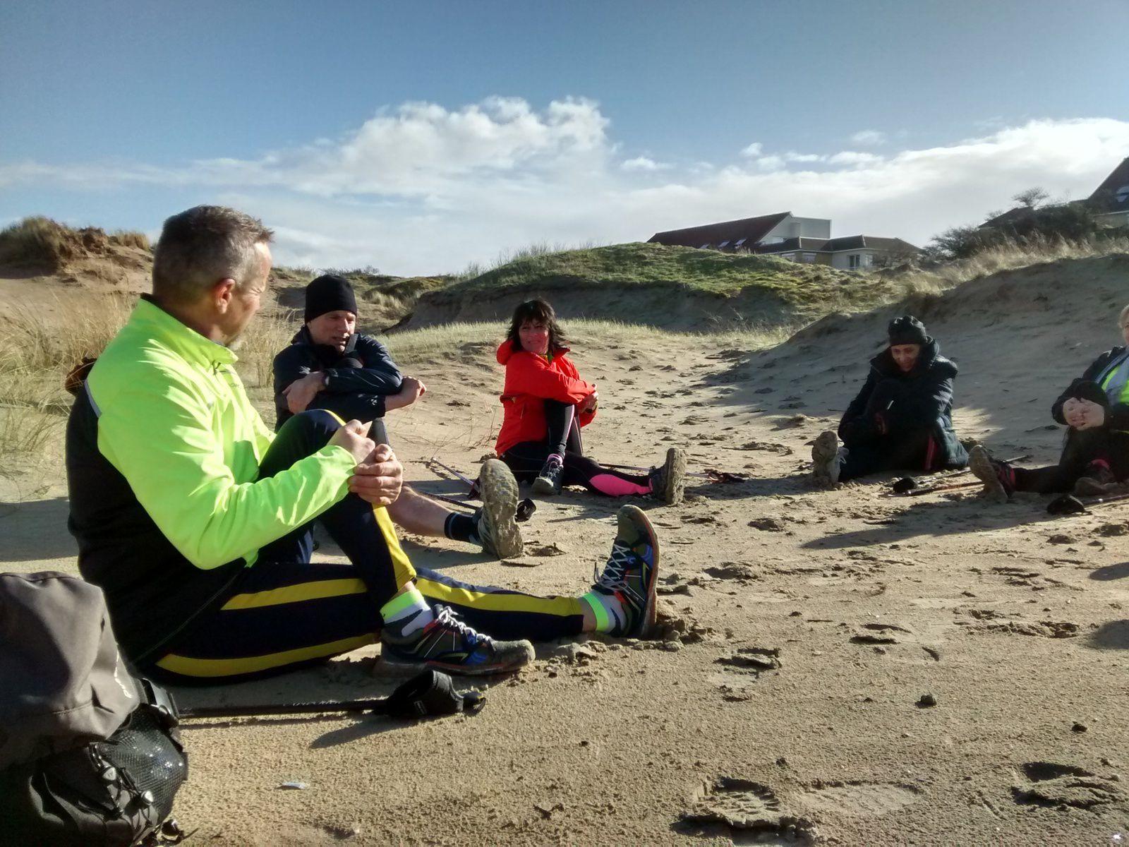Séance d'étirements sur le sable à l'abri du vent ......