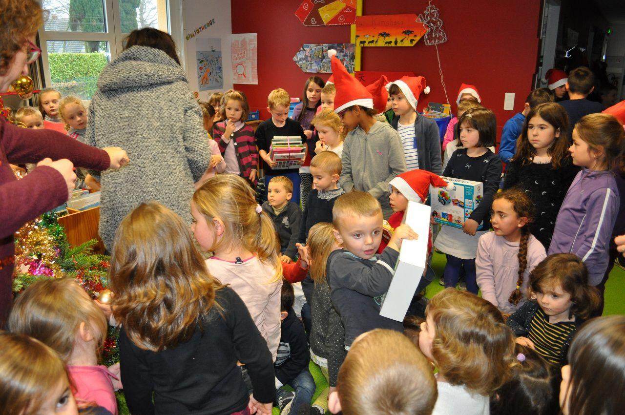 Après le spectacle, la fête continue et chaque élève reçoit un cadeau offert par la coopérative !