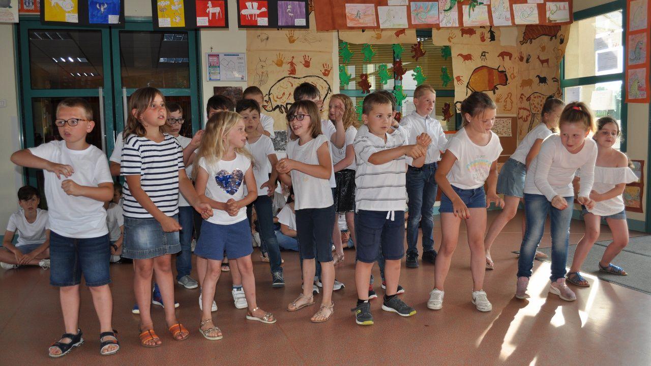 Le spectacle de l'école : chants et danses sur le thème de l'histoire