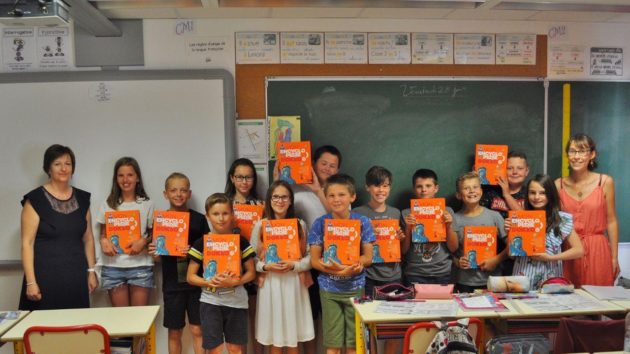 Les Amis d'Ancretiéville offrent une encyclopédie aux élèves de CM2