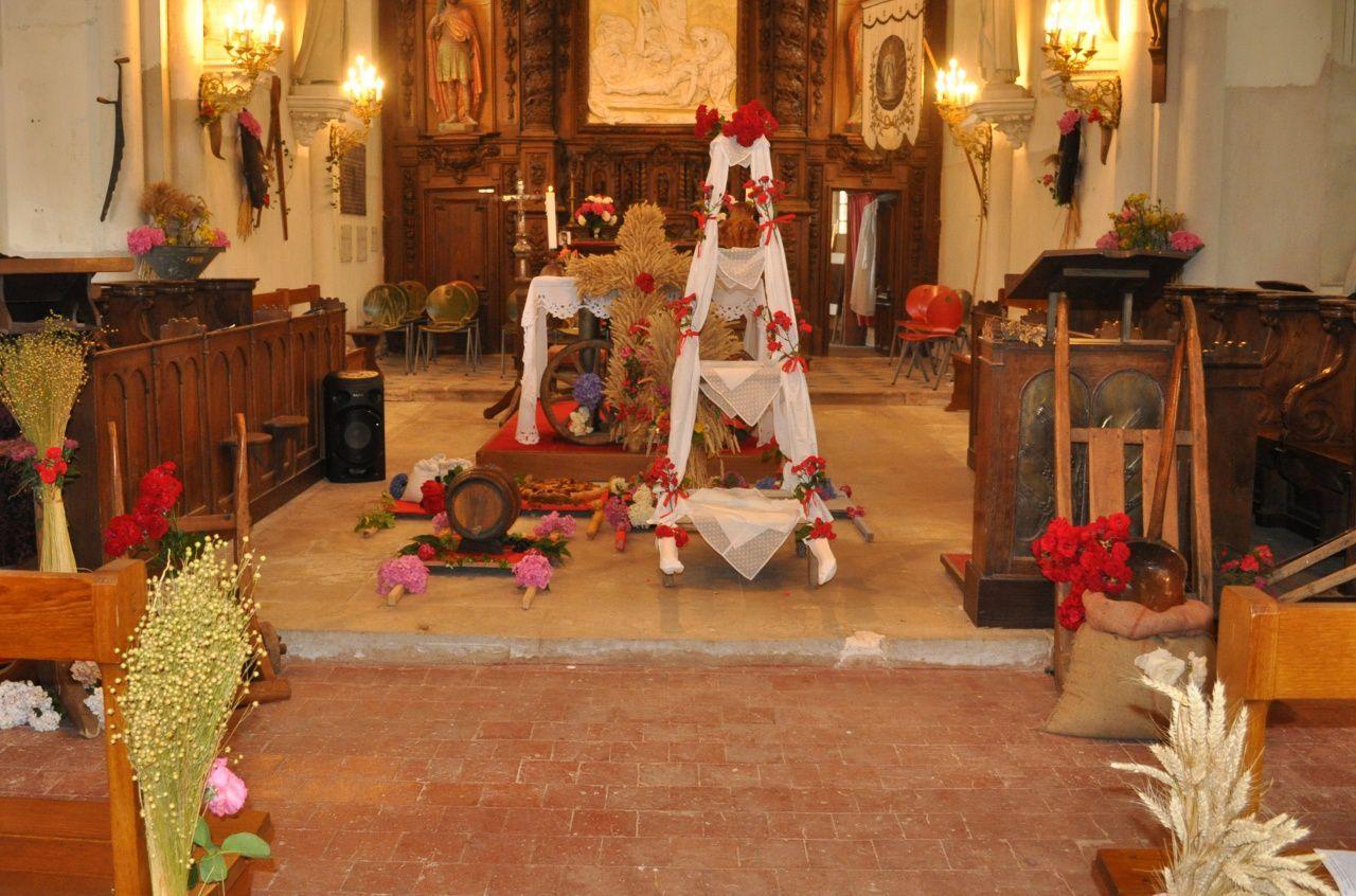 Distribution du pain bénit et offrandes devant l'autel
