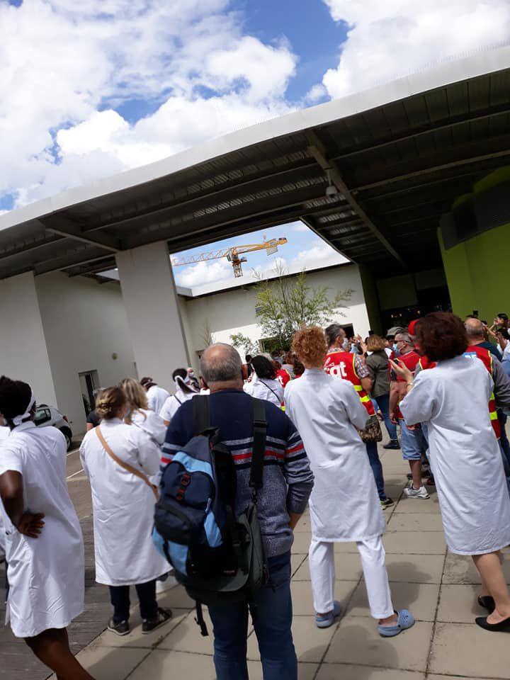 Hôpital de Mantes: par centaines pour défendre nos soignants et la santé