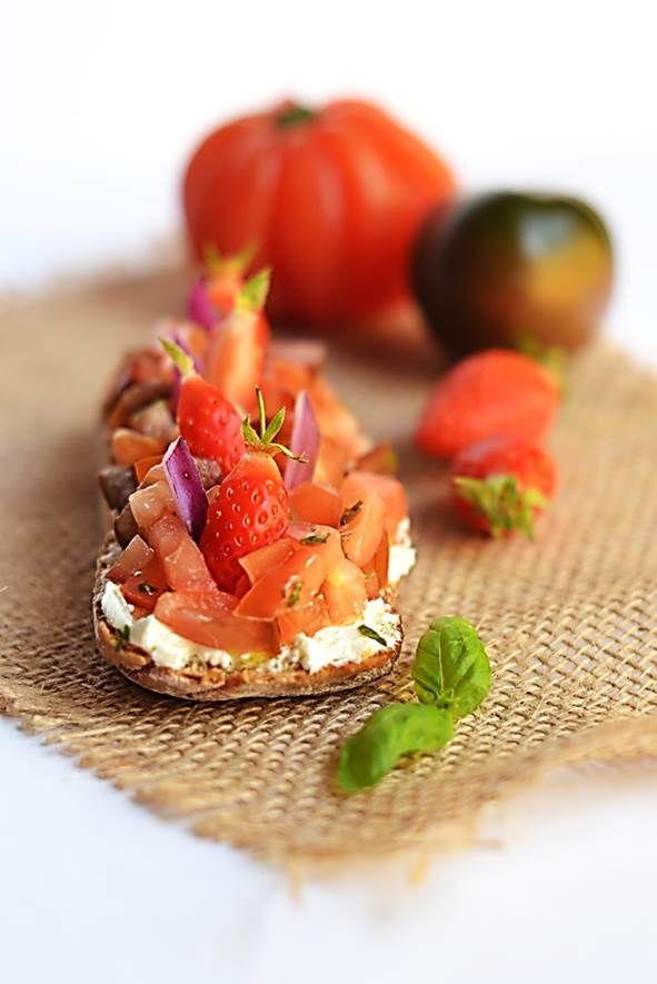 Tartine Carré Frais, tomates/fraises & basilic