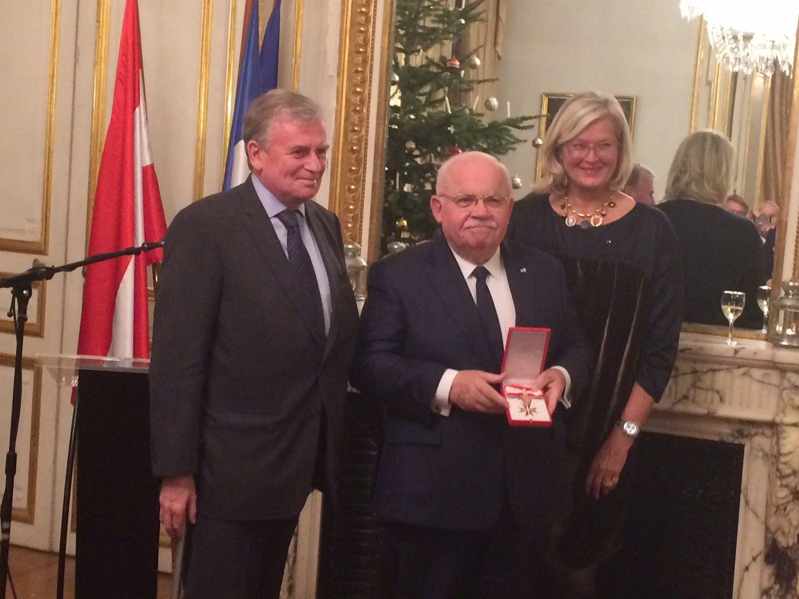 Remise à l'ambassade d'Autriche du Grand Insigne d'Honneur en Or pour services rendus à la République d'Autriche