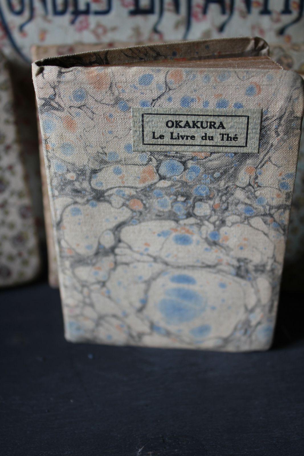 Livres anciens recouverts de tissu, un charme suranné