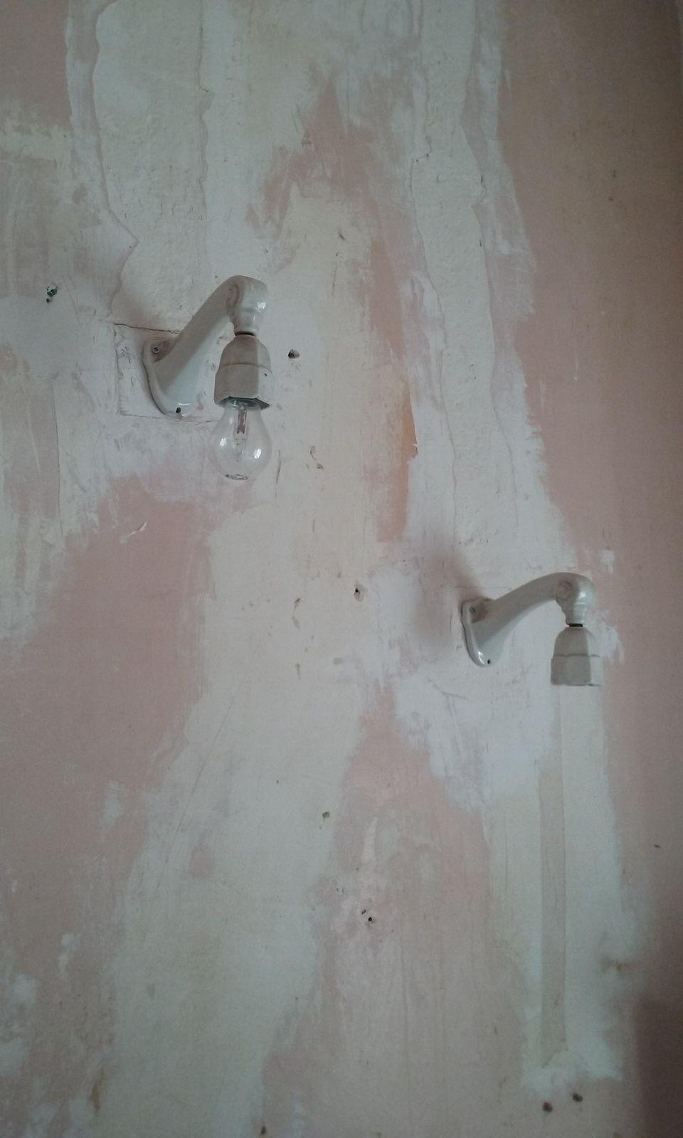 Un aperçu sur les 3 premières photos de l'état initial. Le gros du travail après le passage du plombier qui doit changer toute la tuyauterie (certains tuyaux sont encore en plomb) et la robinetterie qui est bloquée, sera de refaire les surfaces : enduits, ponçage, peinture ; la faience murale au niveau du lavabo et du bidet, que je conserve (au grand dam de mon fils) car ils sont de style Art Nouveau et forment un ensemble superbe avec les accessoires d'époque : appliques, porte-serviette et porte-savon.. Il faudra ensuite carreler le sol, avant de refixer le bidet.