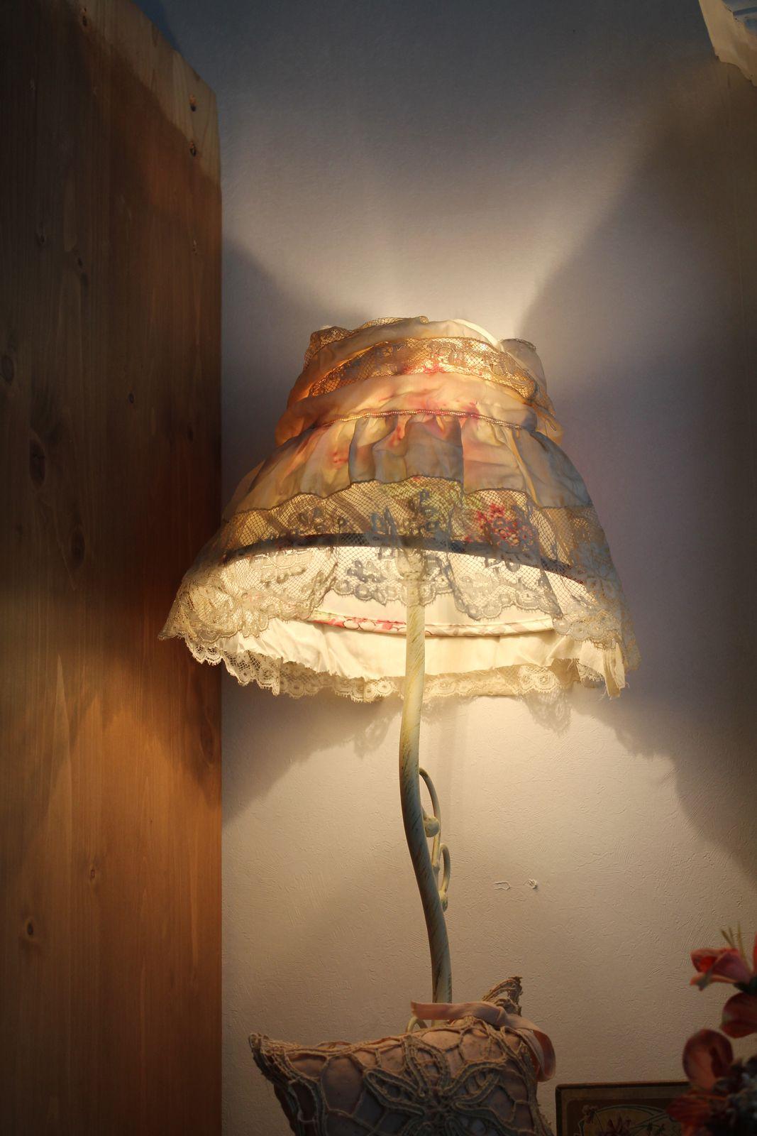 Dans la chambre, la bibliothèque ou au salon, j'adore les éclairages indirects. Avec de beaux abat-jour c'est encore mieux !