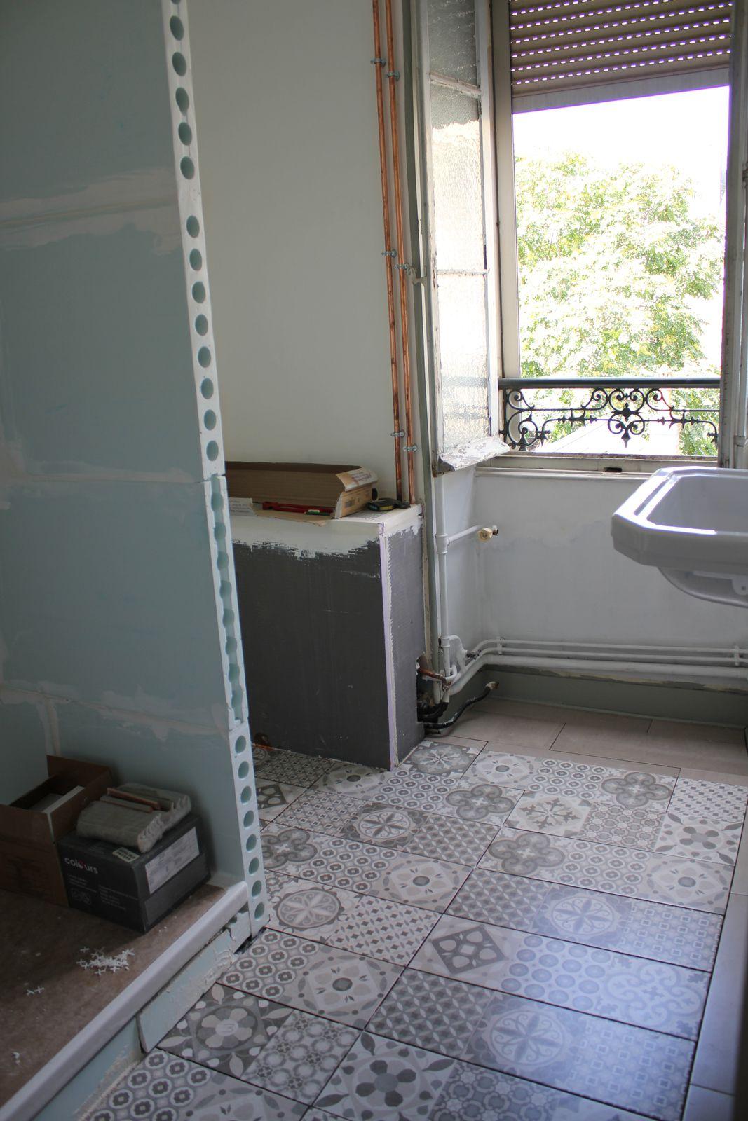 La salle d'eau du milieu a bien changé : paroi de douche, coffrage pour masquer toute la tuyauterie qui se retrouve là et le conduit des toilettes, carrelage au sol. Il reste beaucoup de finitions à faire, mais on tient le bon bout.
