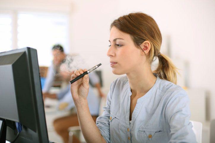La cigarette électronique sera interdite sur les lieux de travail dans quelques semaines