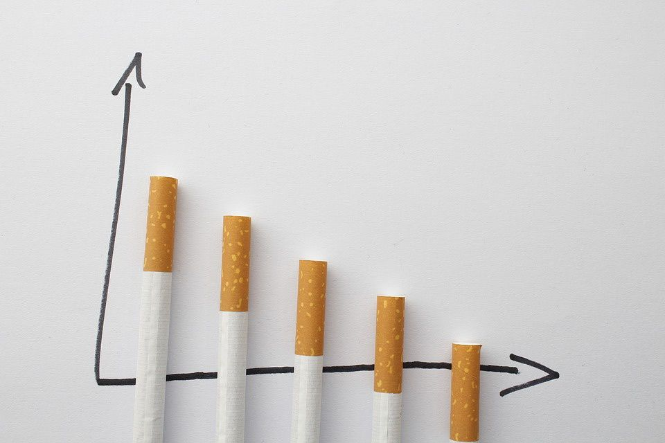 Des analyses différentes selon le Parisien et le Figaro sur la baisse du nombre de fumeurs