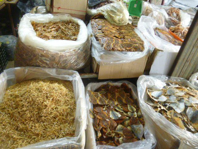 brochette de poussins et poissons séchés (vous n'avez que la vue pas l'odeur)