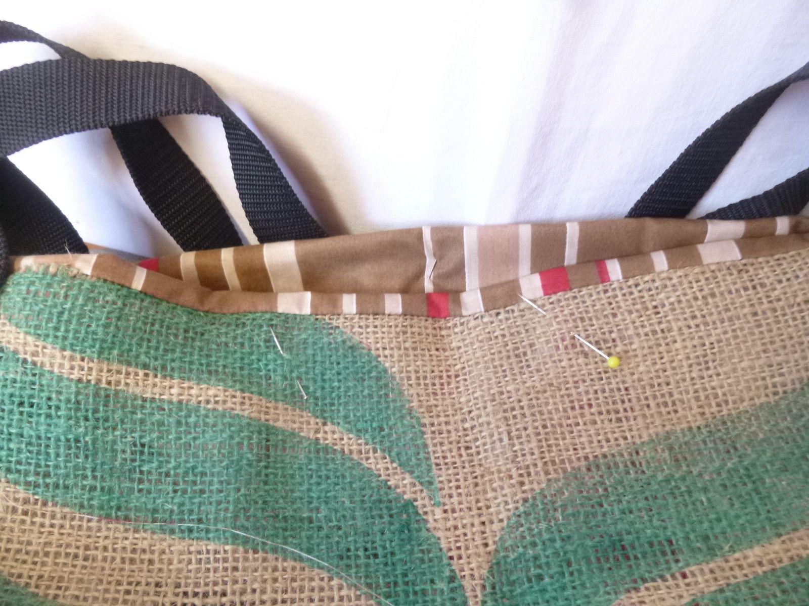 Sac cabas en jute dans un sac à café