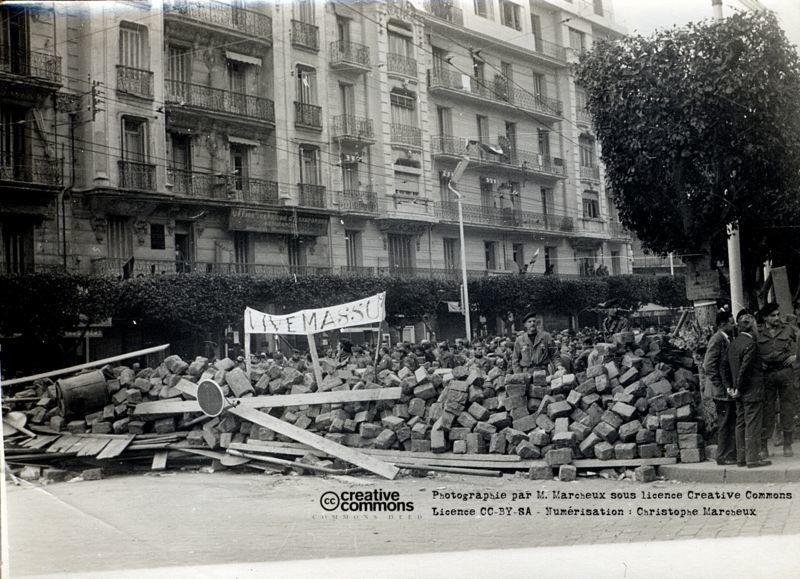Alger en 1960 - Une barricade.