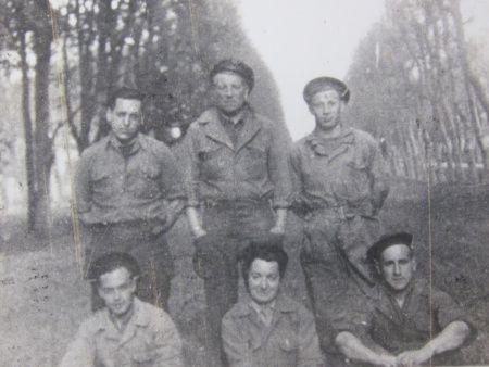 Debout, au centre, Jean Gabin, et l'équipage du char Souffleur II.