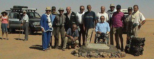 Les 13 officiers de la promotion Laperrine 1956-1958. Ils posent devant la stèle marquant l'emplacement de l'accident.