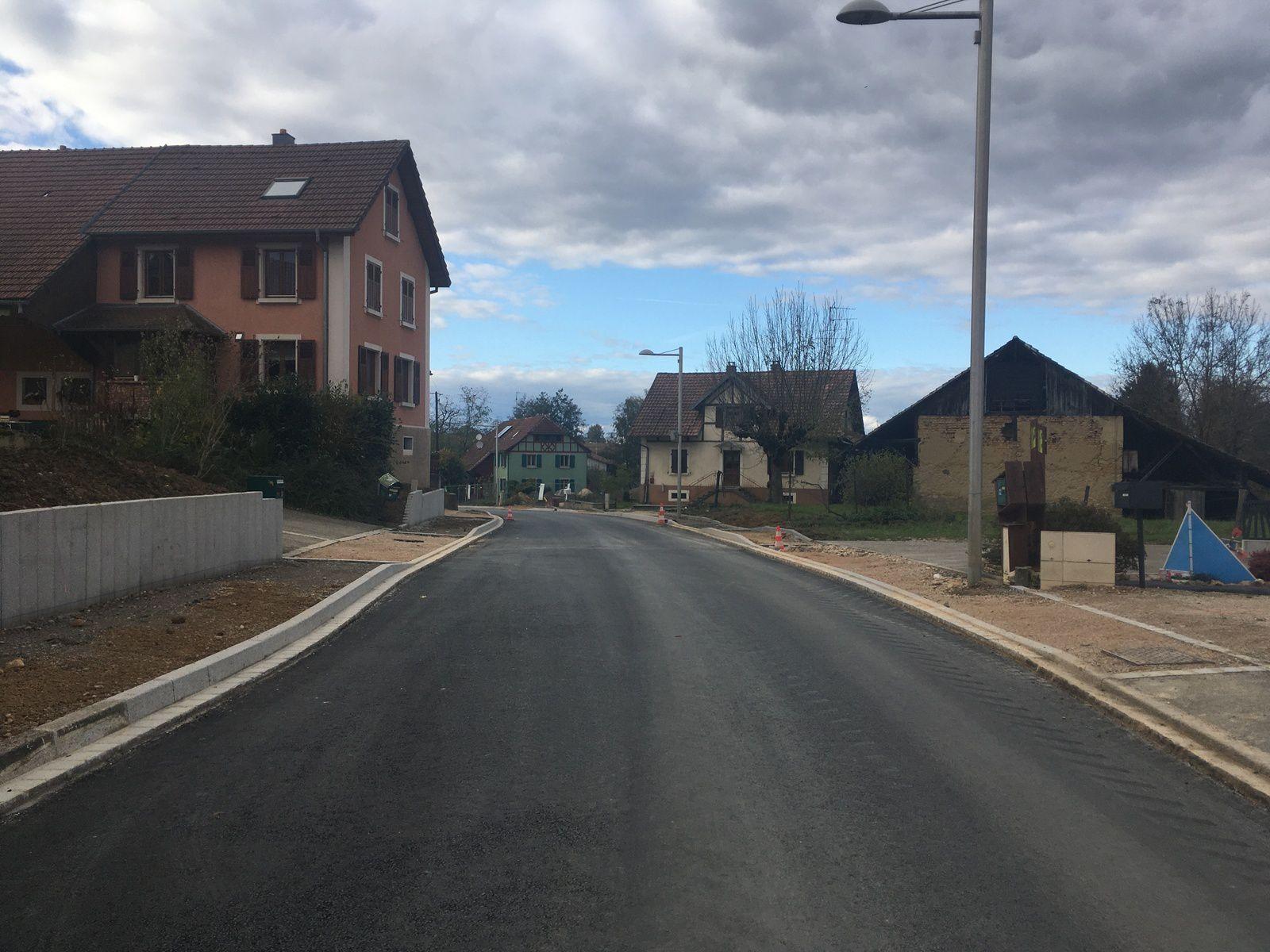 La rue principale après la pose de la première couche d'enrobé