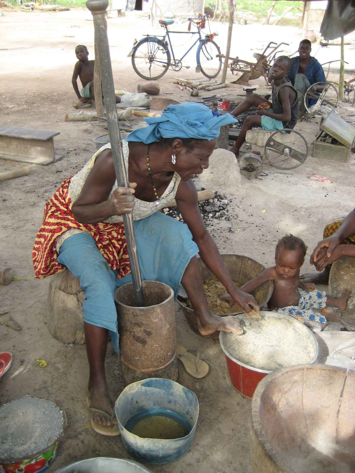 Mujer de Guinea preparando harina
