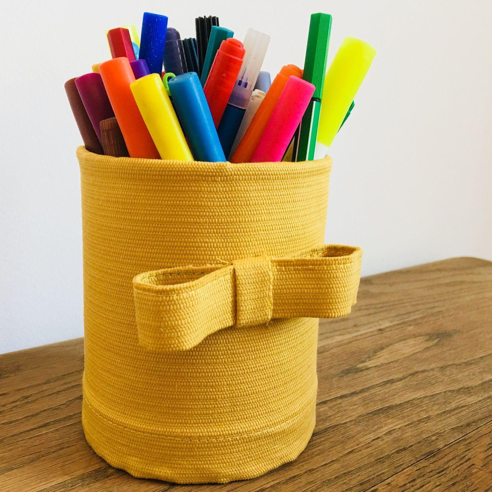 Des pots à crayons avec des boîtes de conserve
