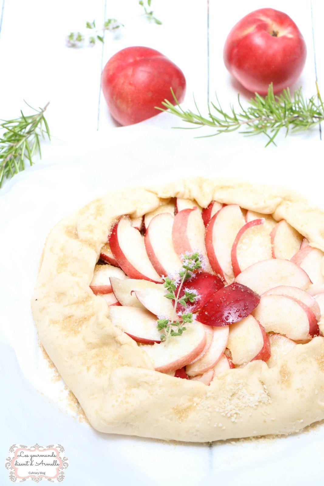 Tarte rustique aux nectarines blanches  © Les Gourmands {disent} d'Armelle
