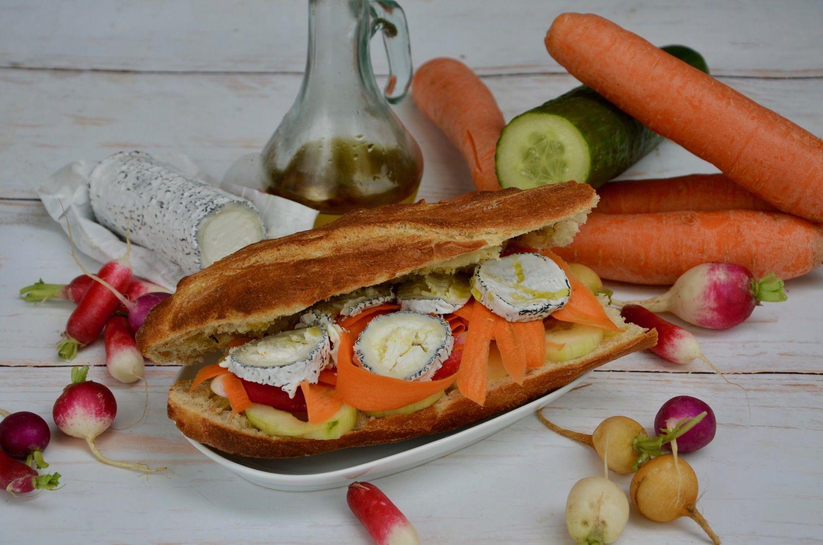 Sandwich végétarien chèvre et légumes