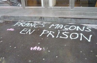 """Sur le trottoir devant le 16 rue Cadet. On notera le logo de """"La Manif pour Tous""""..."""