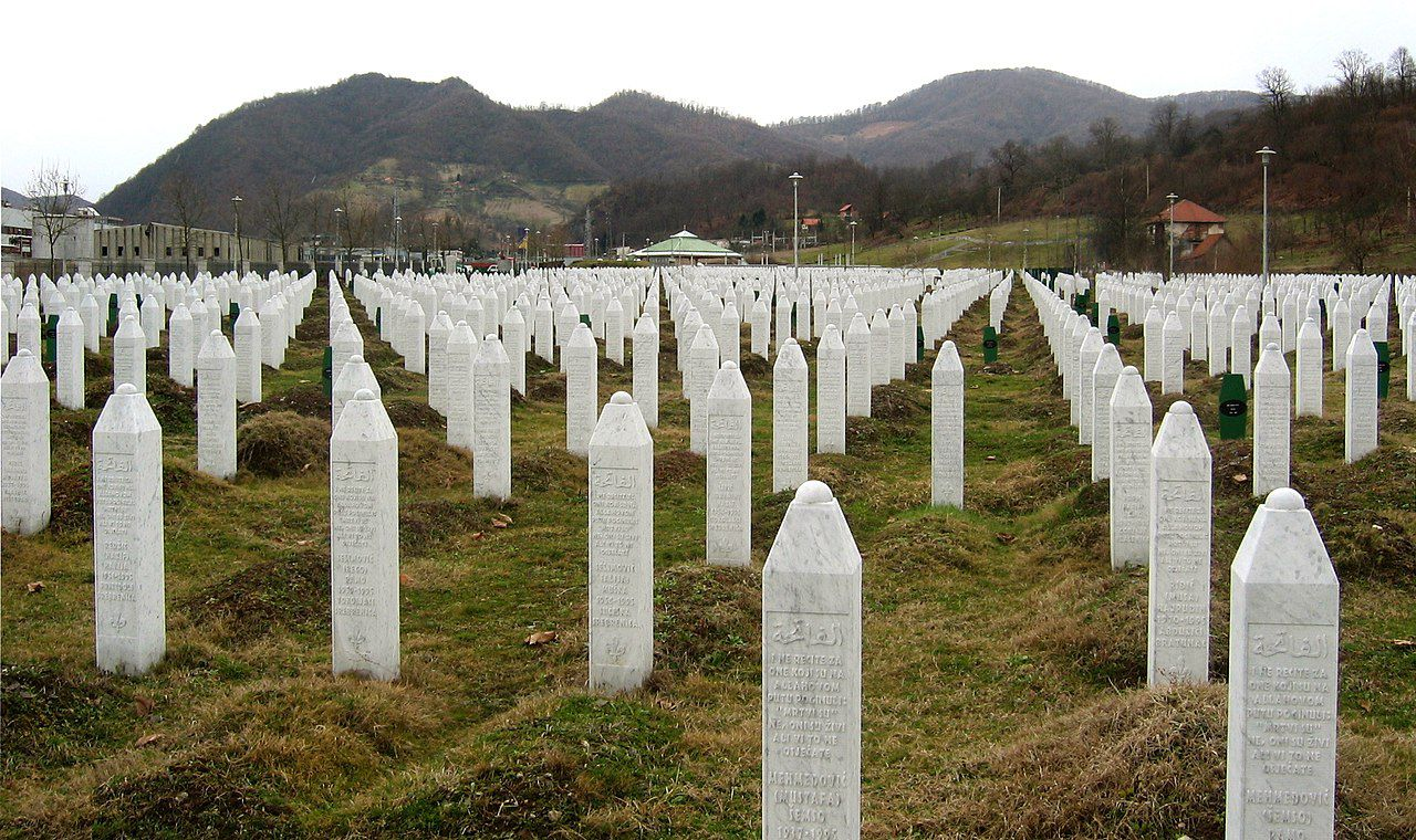 Tombes des victimes du massacre de Srebrenica (survenu en juillet 1995).