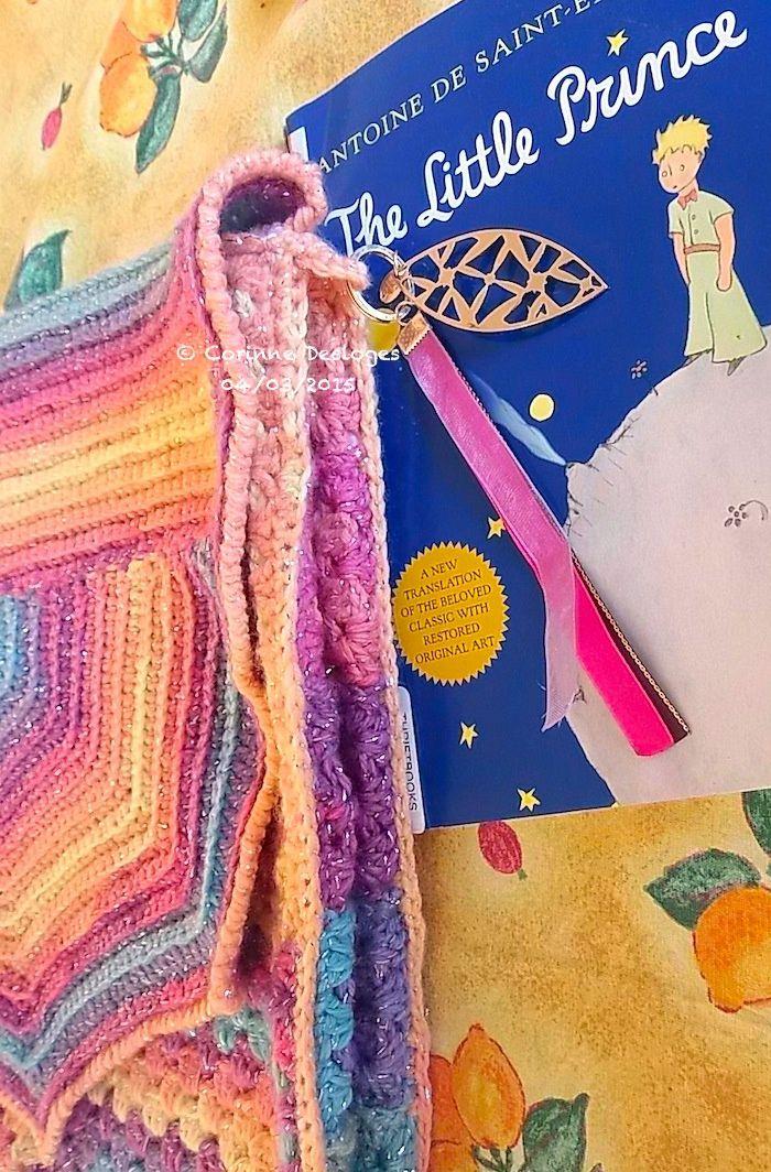 zoom sur  un accroche-gri-gri de mon sac Rainbow Granny (création perso)