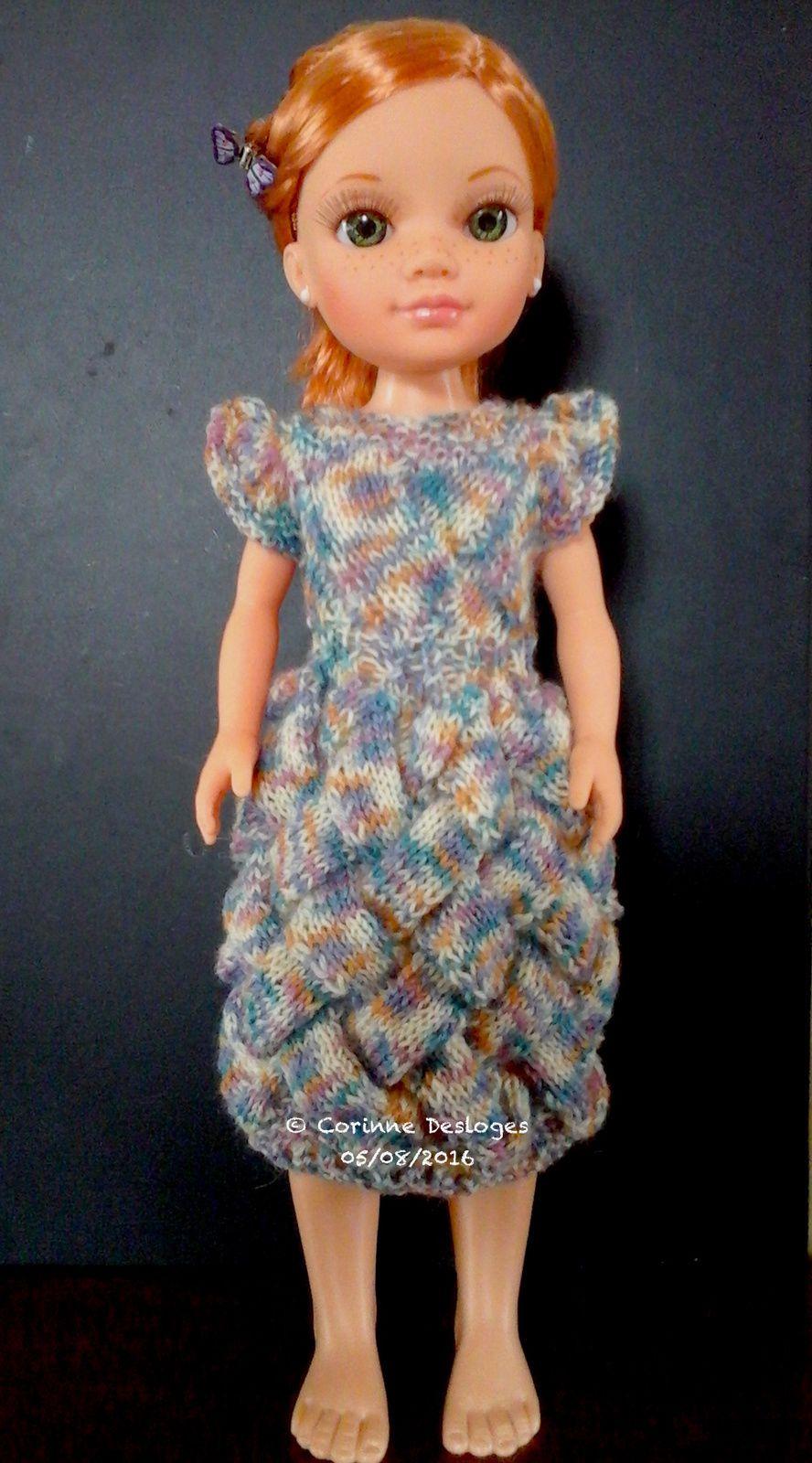 """Robe """"Entrelacs pointillistes"""" au tricot, pour poupée Nancy (43 cm de haut). Création personnelle."""