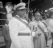 Les présidents  Joseph Kasa-Vubu Fulbert Youlou, lors d'une cérémonie officielle