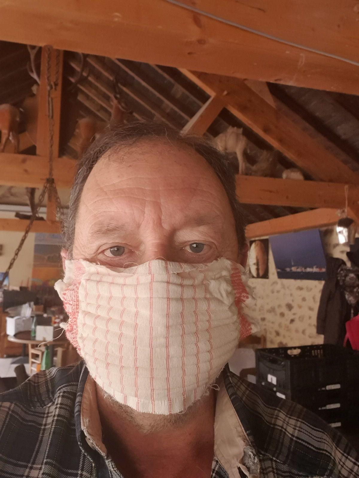 1350 masques ,200 visières ,des parois en plexiglass .... c'est la guerre !