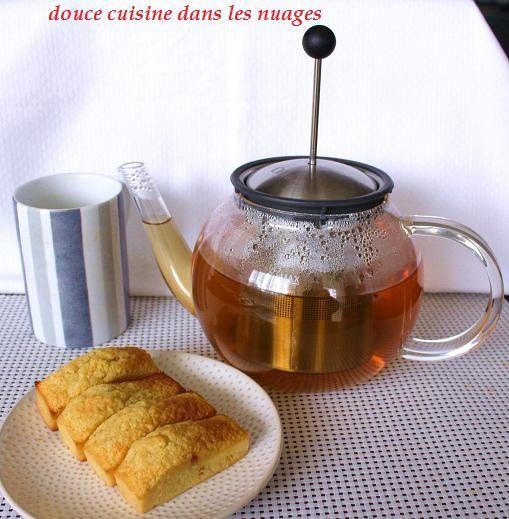 Une tasse de thé, moelleux au chocolat blanc et LA THEIERE