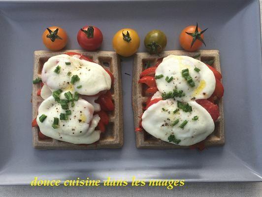 Gaufres de blé noir avec tomates, poivrons et mozzarella gratinées