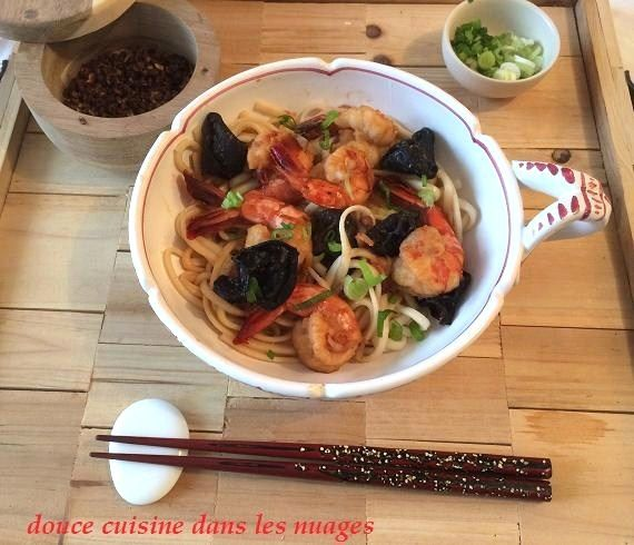 Crevettes sautées au poivre de Sichuan et champignons noirs