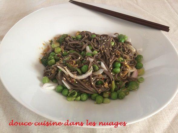 Salade de nouilles soba avec petits pois et féves