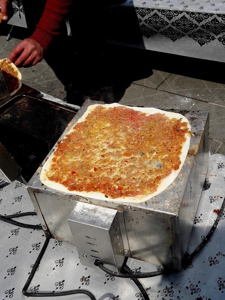 """Pizza turques """"Lahmacun""""  sur le marché de Cergy Saint Christophe"""