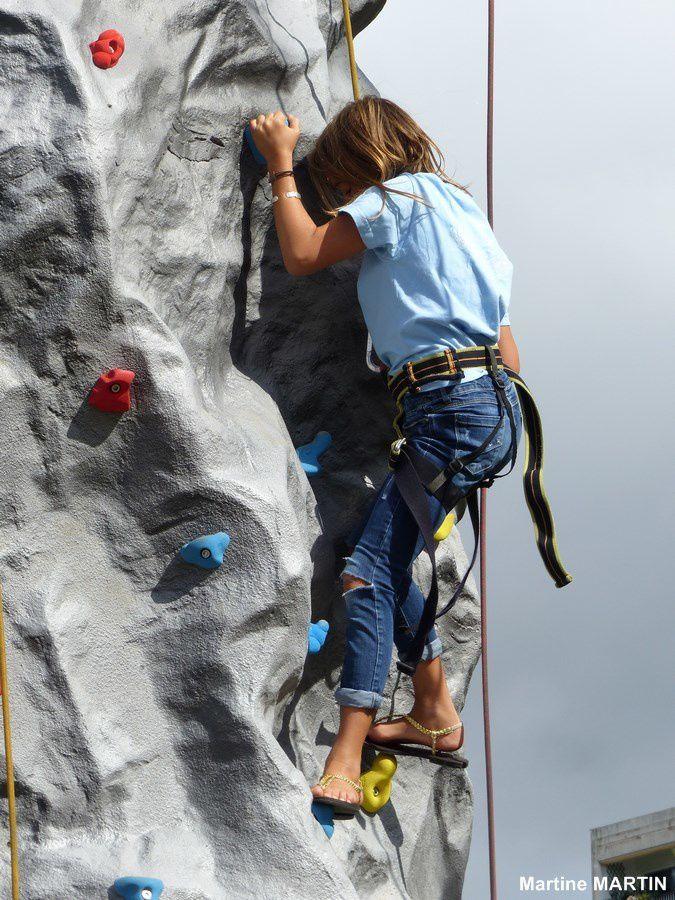Mur d'escalade à Cergy lors de la journée des associations