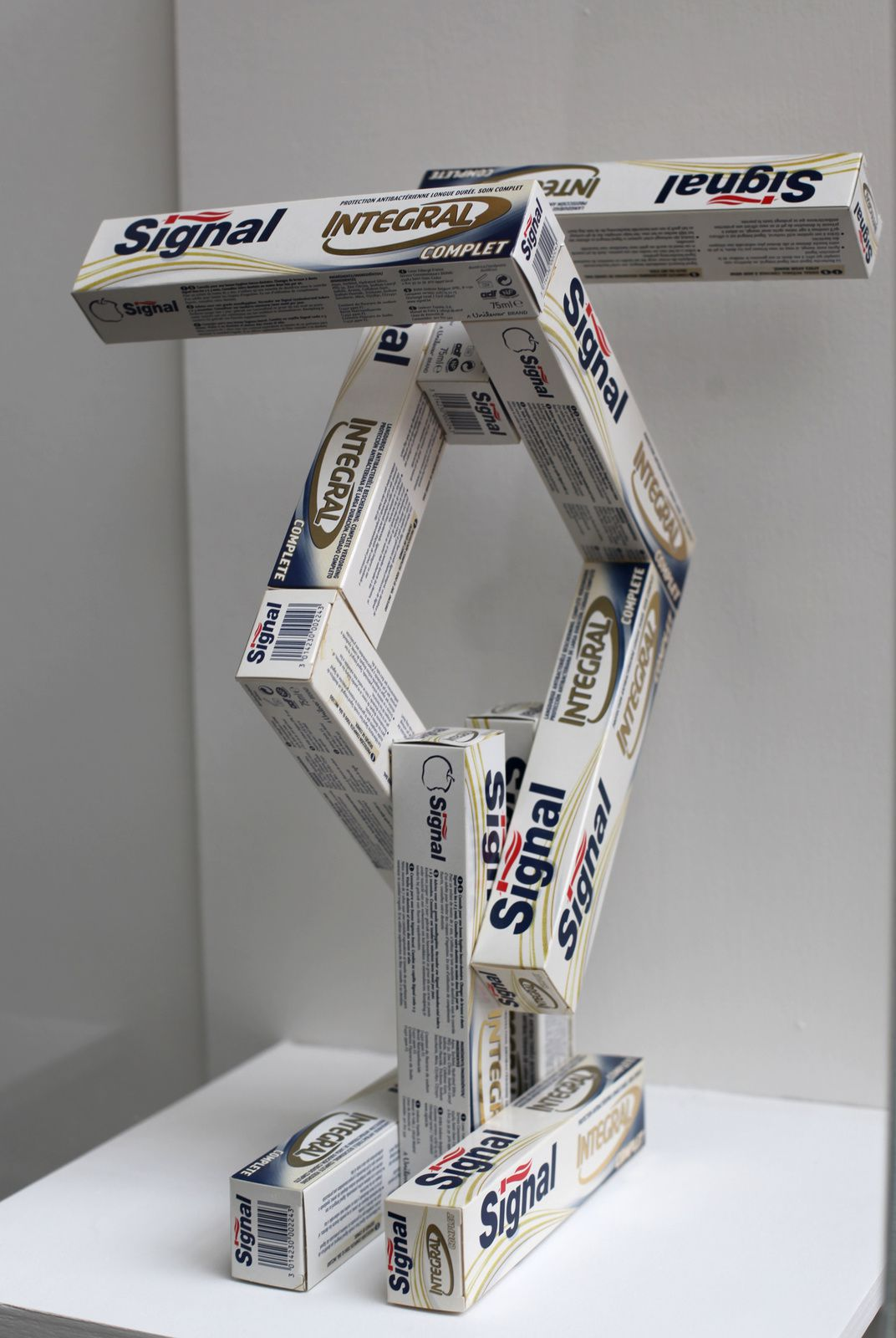 """""""Signal, After spatial Construction by Alexander RODCHENKO"""", 2003 de Mathieu MERCIER © Photo Éric Simon"""