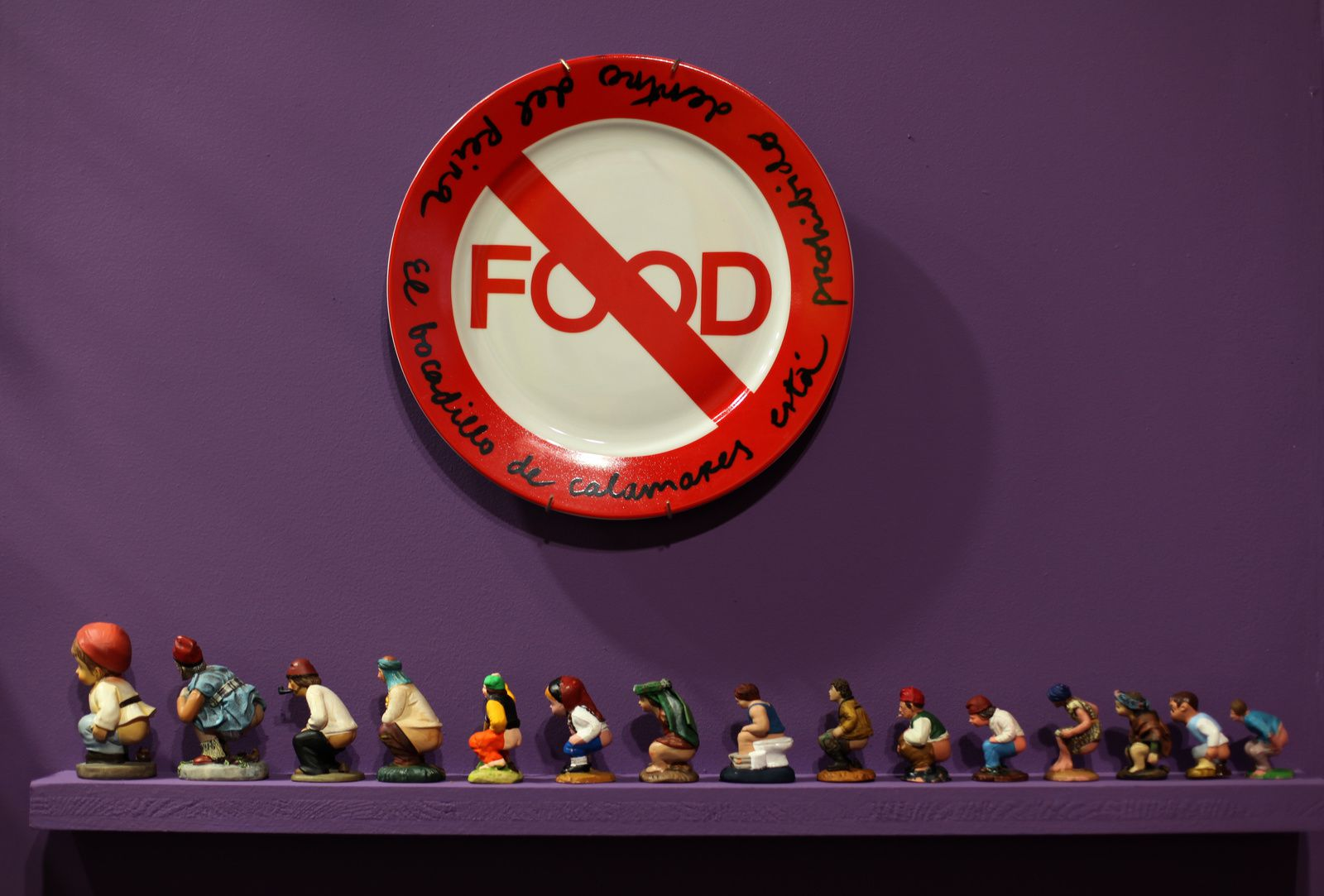 """FOOD"", 2010 de MIRALDA et CAGANERS (Santon Catalans)"" Collection Victoire et Hervé DI ROSA © Photo Éric Simon"