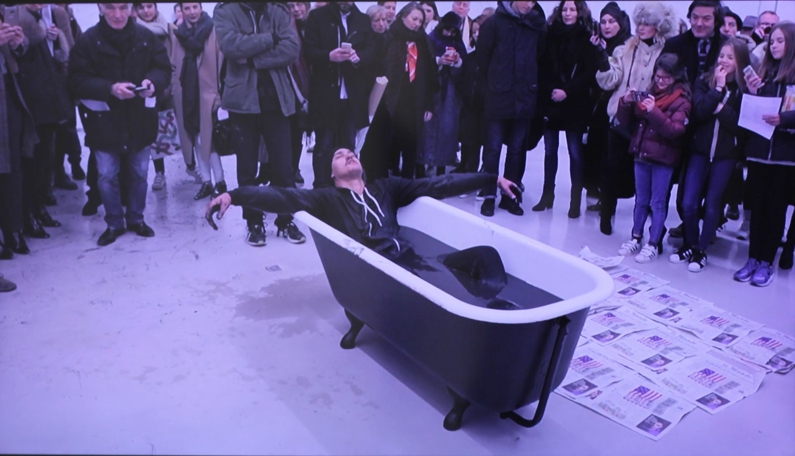 "Video ""Bathtub"", 2017 de Robin RHODE - Courtesy Galerie Kamel Mennour © Photo Éric Simon"