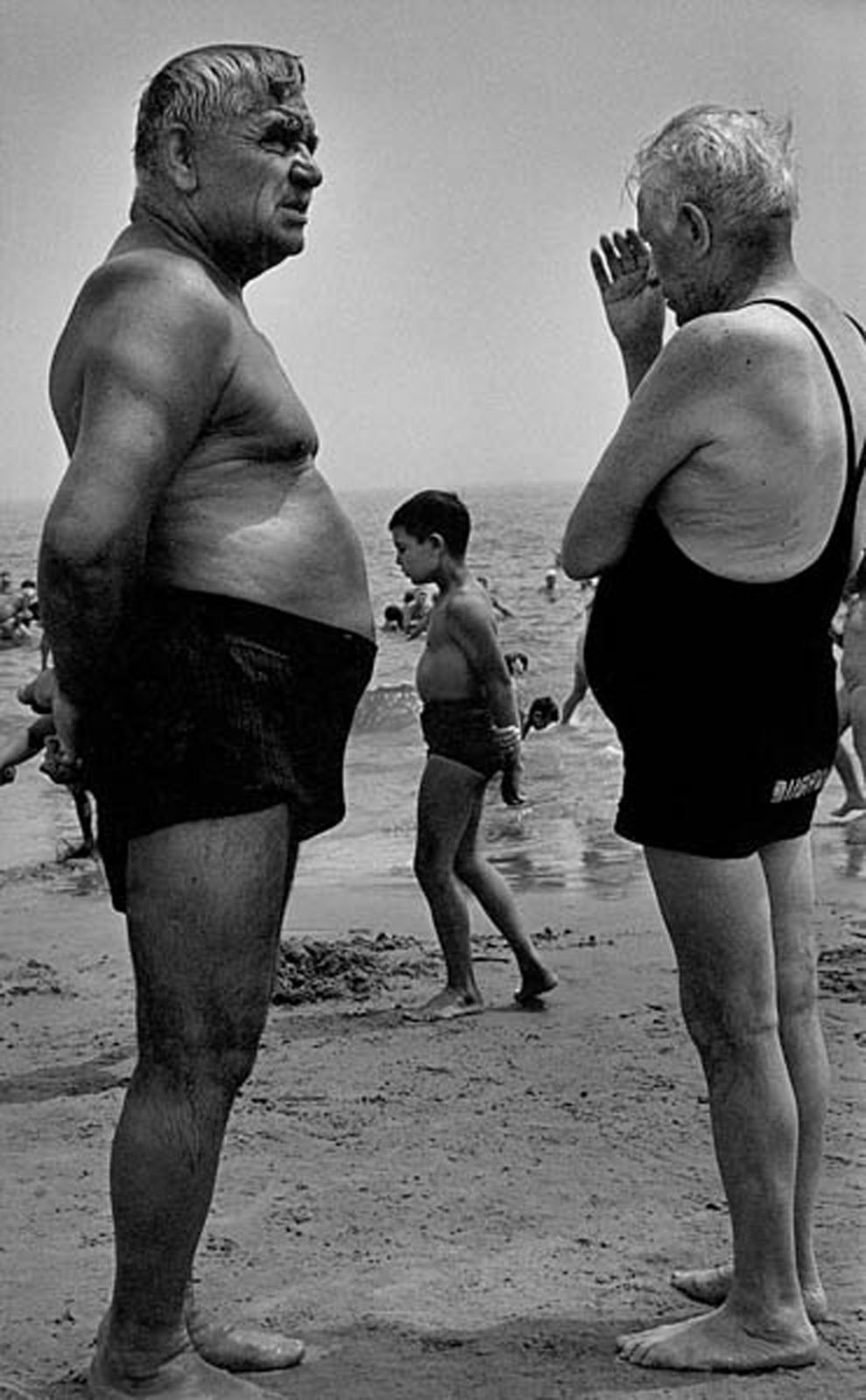 """""""Two Men and a Boy Contemplate"""", 1950 © Harold Feinstein - Courtesy Galerie Thierry Bigaignon"""