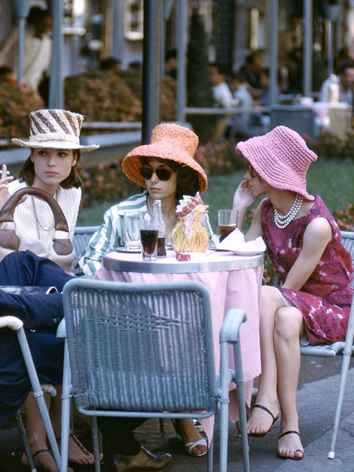 """"""" Des scènes de la vie quotidienne trois femmes portant des chapeaux de paille colorés attablées á la terrase d'un café, Rome"""", 1960 - Courtesy Studio Willy Rizzo"""