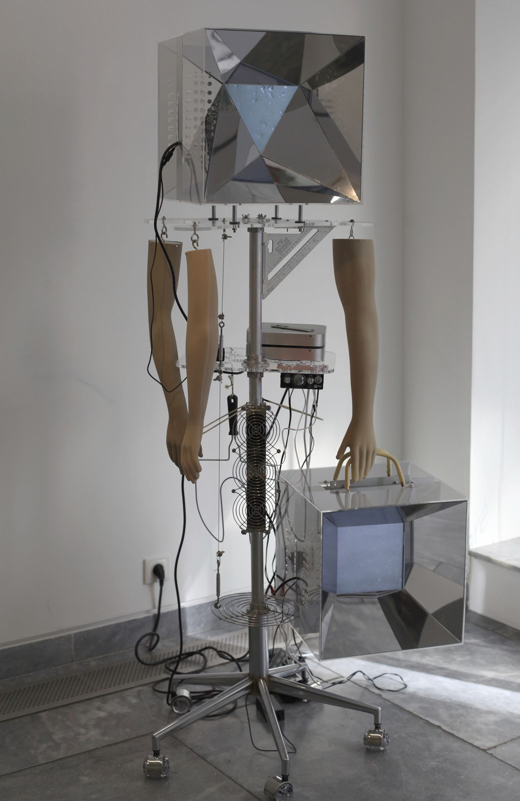 """""""Durga"""", 2015 Installation électronique audiovisuelle à roulettes de Zaven PARÉ - Courtesy Galerie Charlot © Photo Éric Simon"""