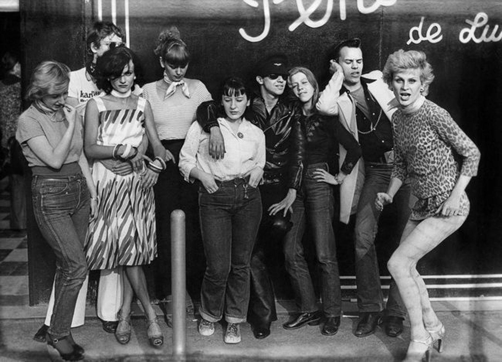 """""""Philippe Morillon, Membres des bandes des Gazolines et To the bop devant la boutique Pendora de Luxe aux Halles"""", 1975"""