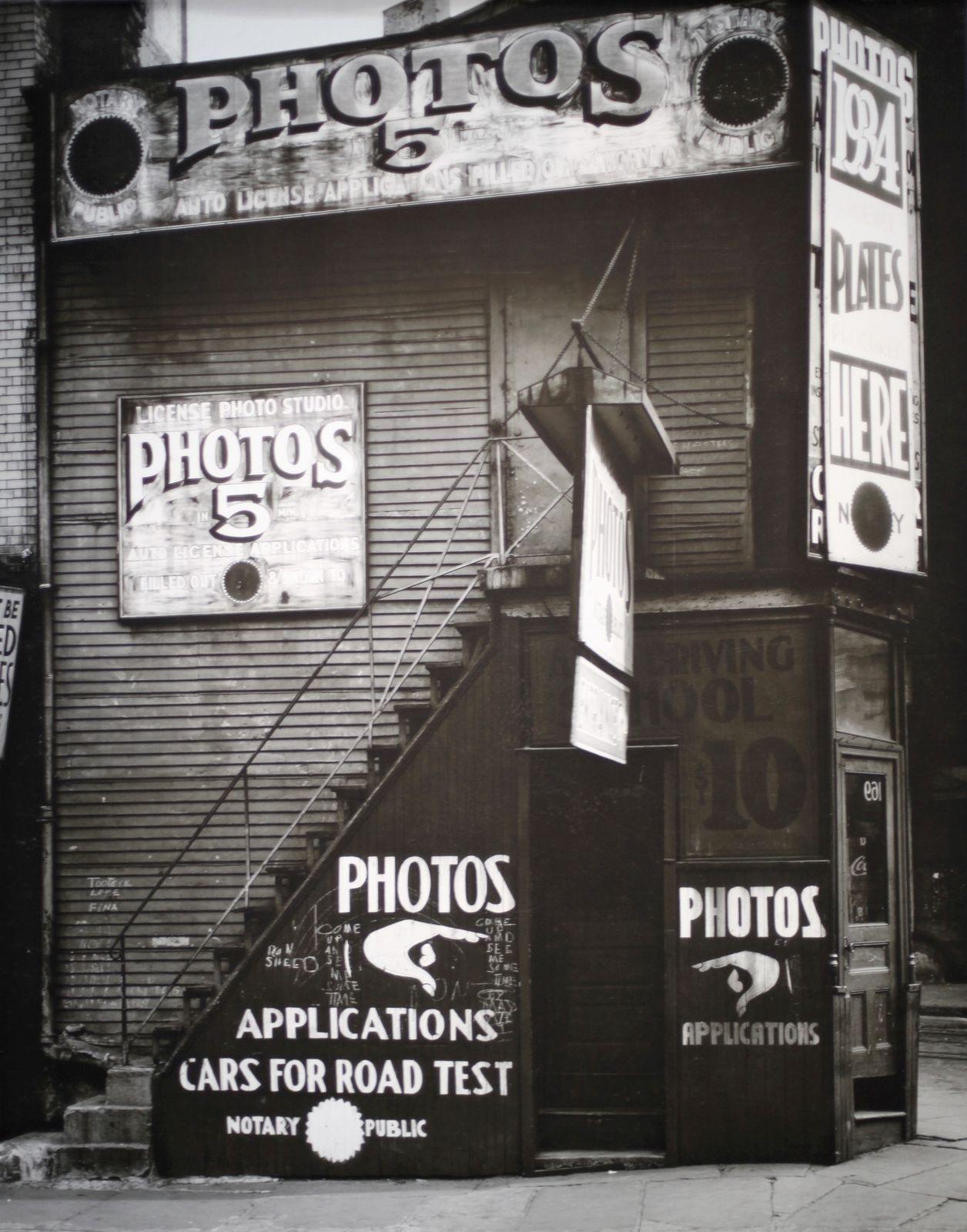 """License Photo Studio, New York"", 1934 de Walker EVANS - Courtesy Metropolitan Museum of Art © Photo Éric Simon"