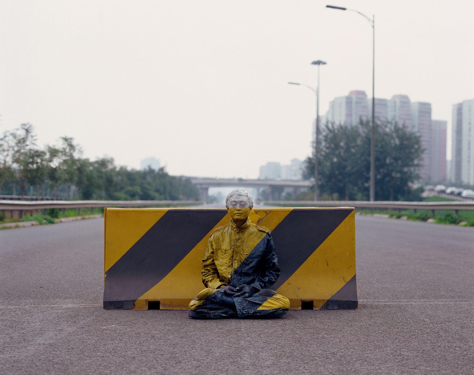 """Hiding in the City 51. Road Block"", 2007 de Liu BOLIN - Courtesy de l'Artiste et Galerie Paris Beijing"