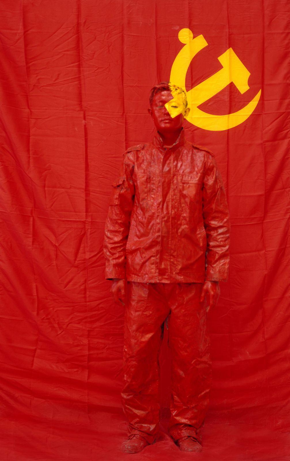 """""""Hiding in the City 43. In Front of the Party's Flag I"""", 2006 de Liu BOLIN - Courtesy de l'Artiste et Galerie Paris Beijing"""